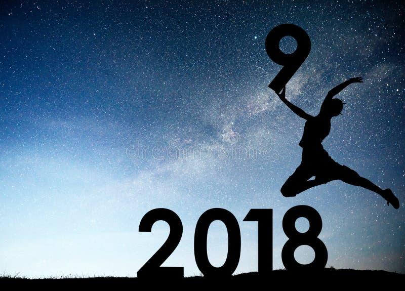 Moça da silhueta 2019 anos novos feliz Fundo da galáxia da Via Látea em um tom escuro do céu da estrela brilhante Conceito foto de stock royalty free