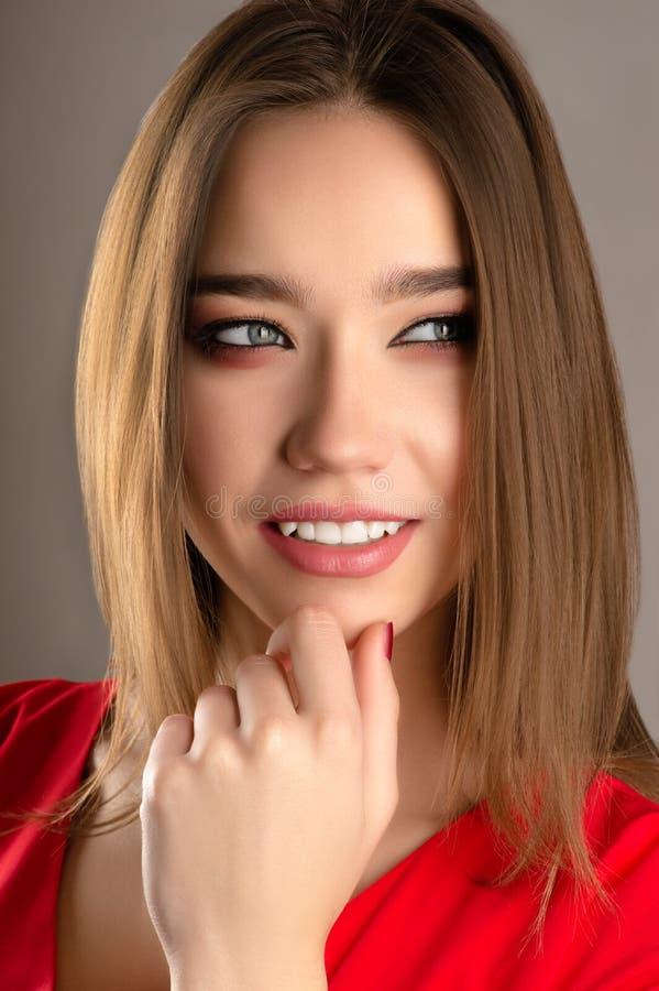 Moça de sorriso de encantamento do retrato do close up imagens de stock
