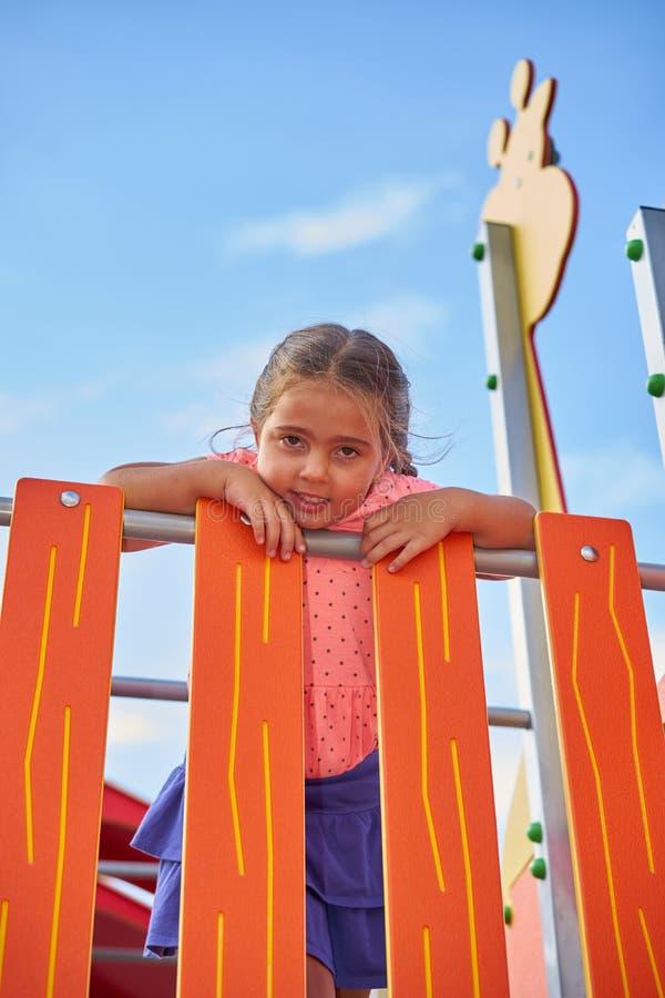 Moça de sorriso no jogo foto de stock