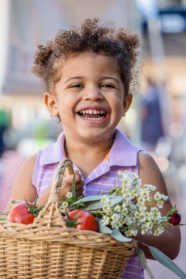 Moça de sorriso no mercado dos fazendeiros fotos de stock royalty free