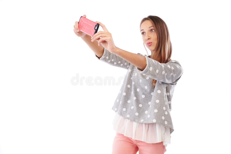 Moça de sorriso que faz a foto e enrugar do selfie os bordos no imagem de stock royalty free