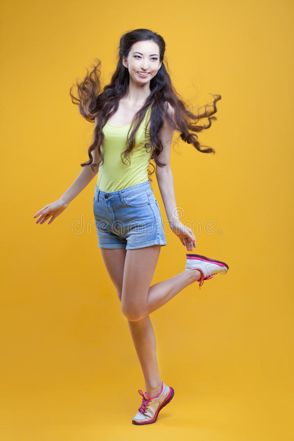 Moça do asiático da forma Retrato no amarelo fotografia de stock royalty free