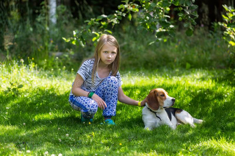 Moça e cão no jardim do verão imagem de stock