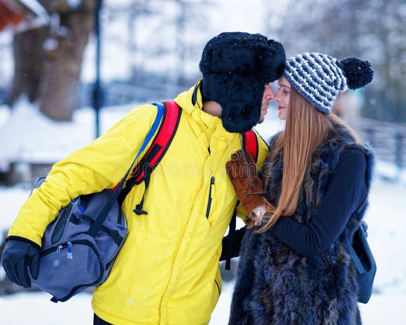 Moça e companheiro no inverno em Trakai de Lituânia fotografia de stock