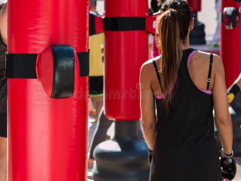 Moça e sacos e luvas vermelhas de perfuração, encaixotamento & aptidão imagem de stock royalty free