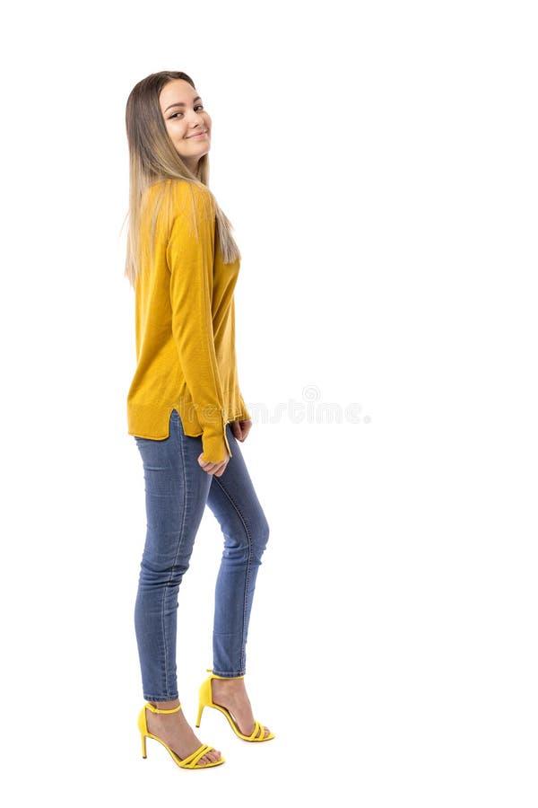 Moça elegante em uma camiseta amarela que levanta sobre o fundo branco foto de stock royalty free