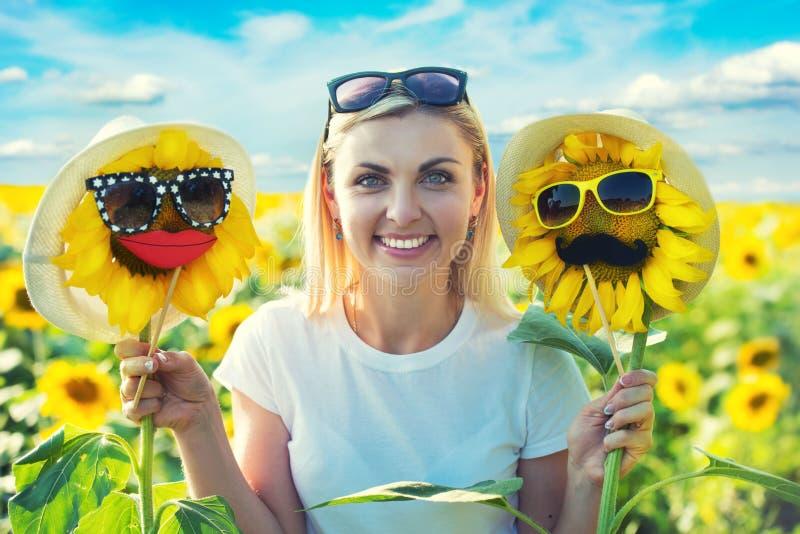 Moça em um campo com girassóis Um dia de verão feliz imagem de stock