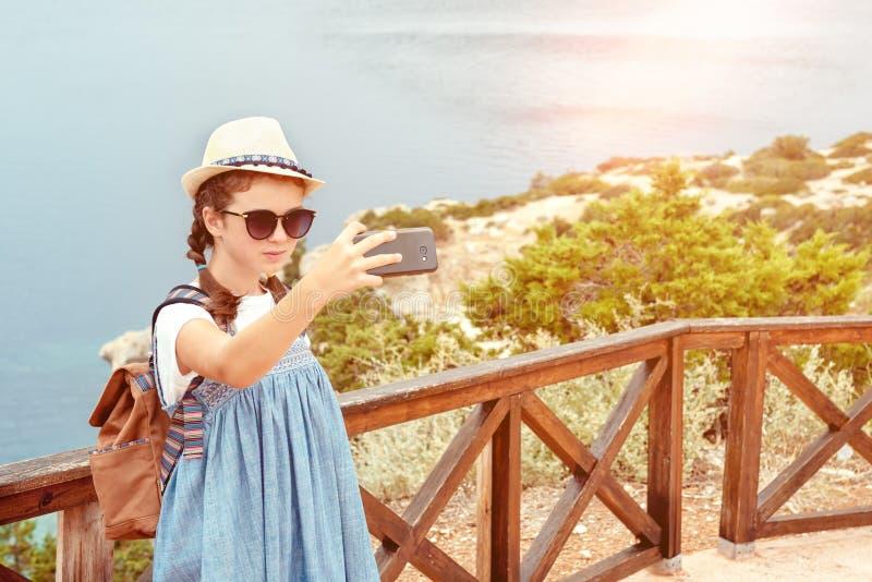 Moça em um chapéu e em um vestido com uma trouxa imagem de stock royalty free