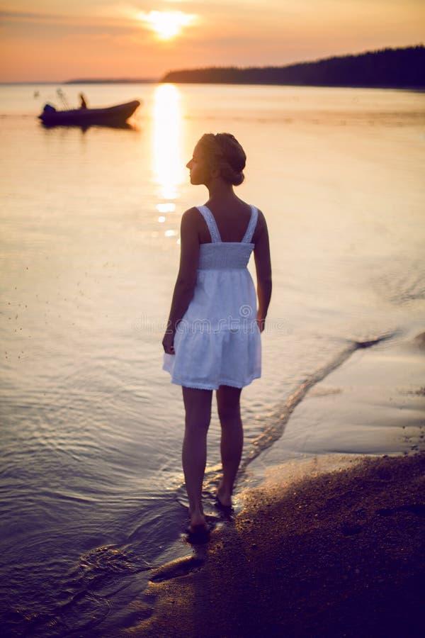 Moça em um vestido branco fotos de stock royalty free