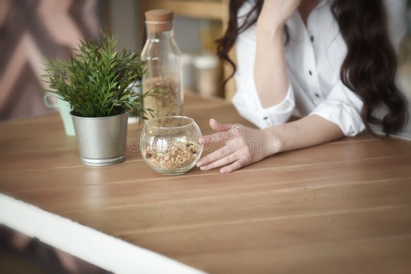 Moça em uma cozinha imagens de stock royalty free