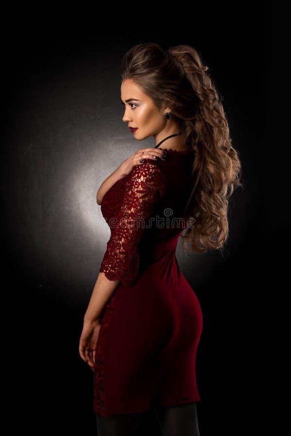 Moça encantador com penteado encaracolado bonito fotografia de stock royalty free