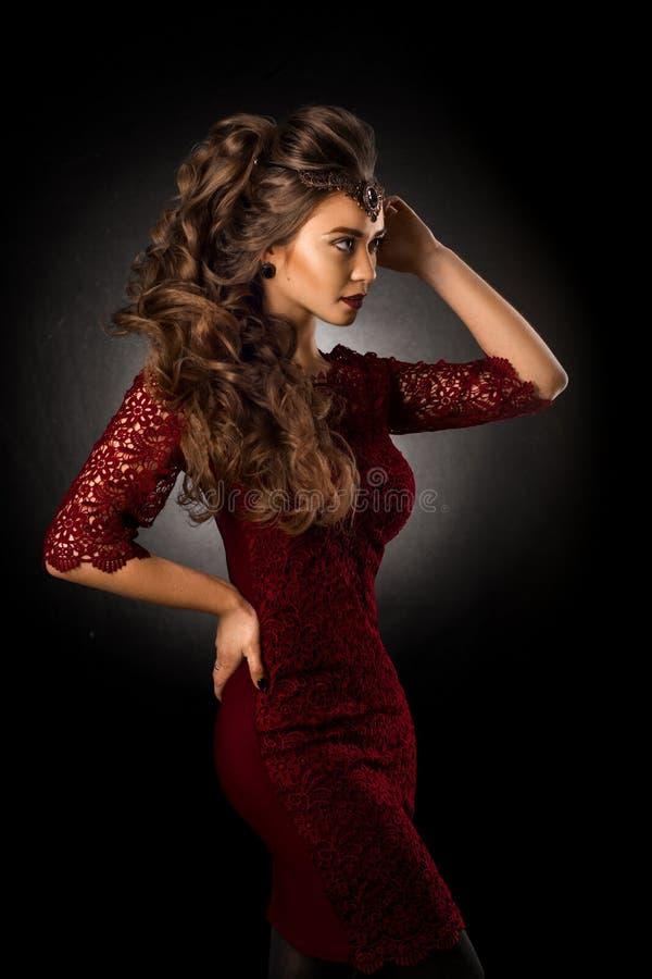 Moça encantador com penteado encaracolado bonito foto de stock