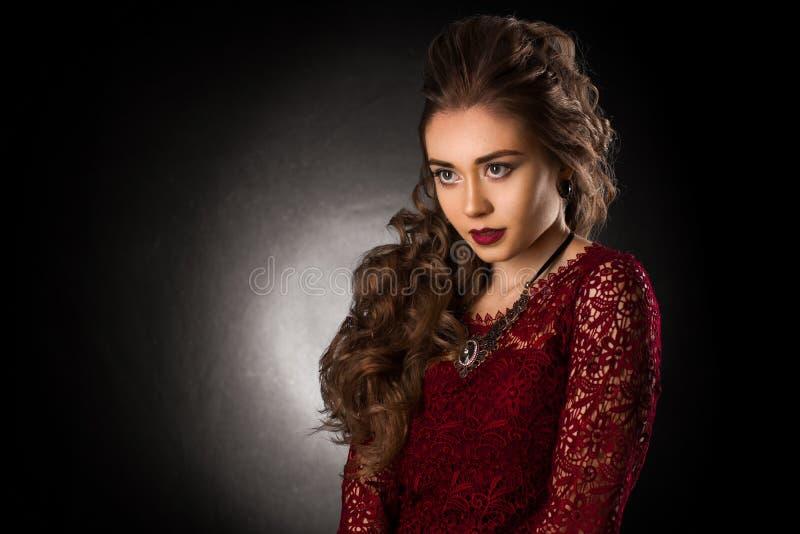 Moça encantador com penteado encaracolado bonito imagem de stock