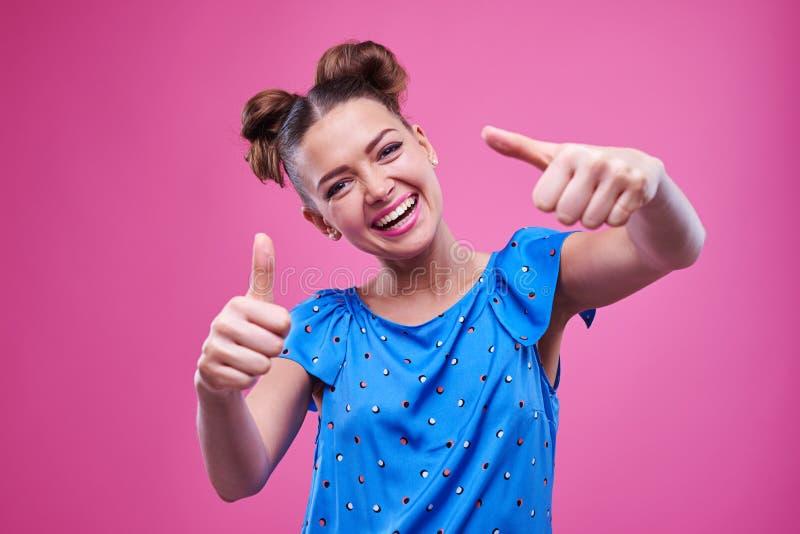 Moça entusiástica que dá dois polegares acima com expressi engraçado imagens de stock royalty free