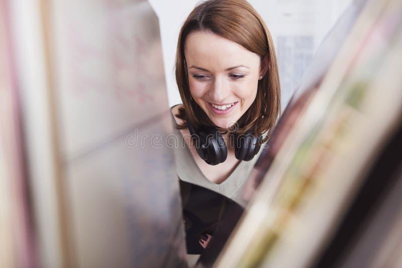 A moça escuta a música com fones de ouvido fotografia de stock royalty free