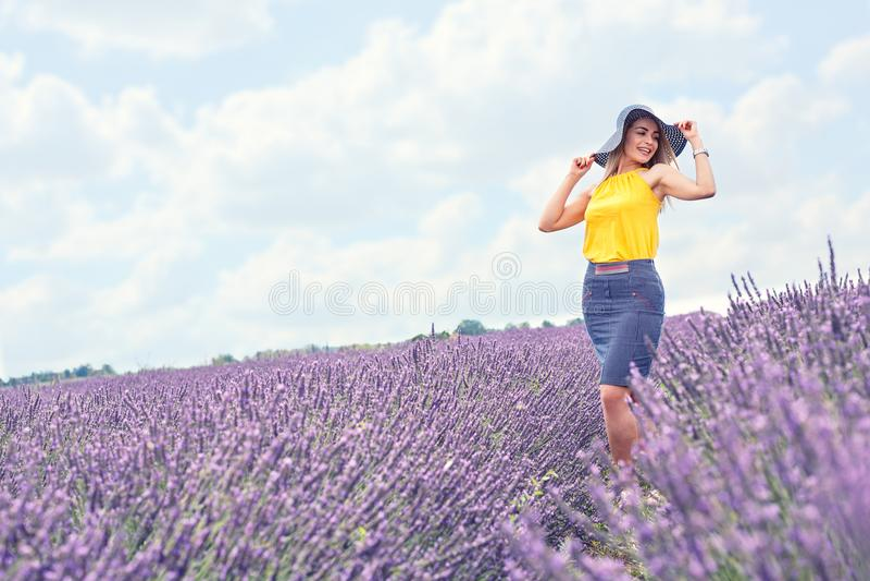 A moça está no campo da alfazema, paisagem bonita do verão fotografia de stock