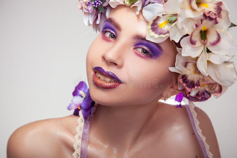 Moça feliz com a grinalda na cabeça e na composição em tons roxos fotos de stock royalty free