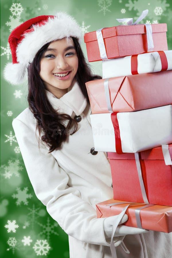 Moça feliz com presentes de Natal fotografia de stock