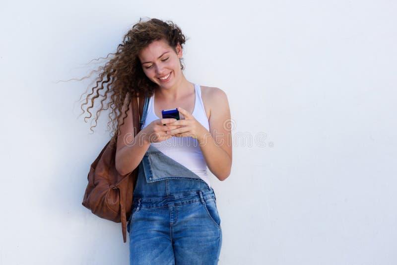 Moça feliz em texting do telefone celular fotos de stock royalty free