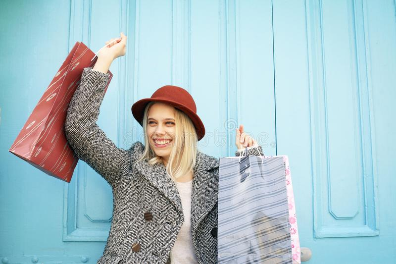 Moça feliz satisfeita após a compra fotografia de stock royalty free