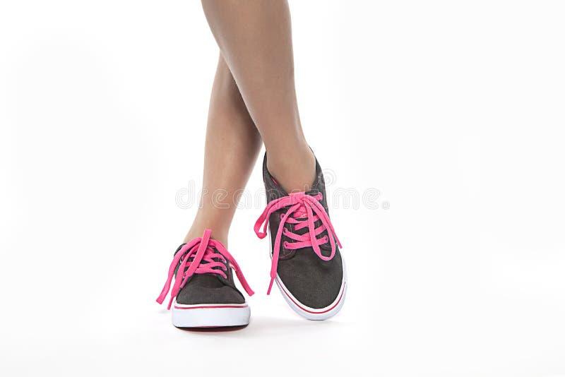 Moça fresca que levanta com as sapatas novas do laço cor-de-rosa fotografia de stock royalty free