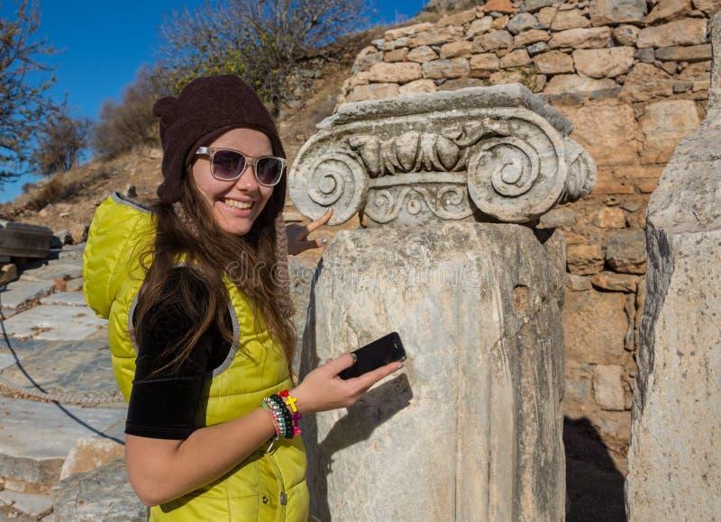 Moça grega bonita que guarda uma embarcação antiga no teatro antigo da ilha de Thassos, Grécia foto de stock royalty free