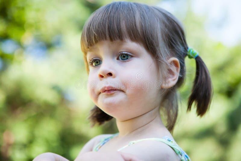 Moça irritada aborrecido - amuando e amuando foto de stock