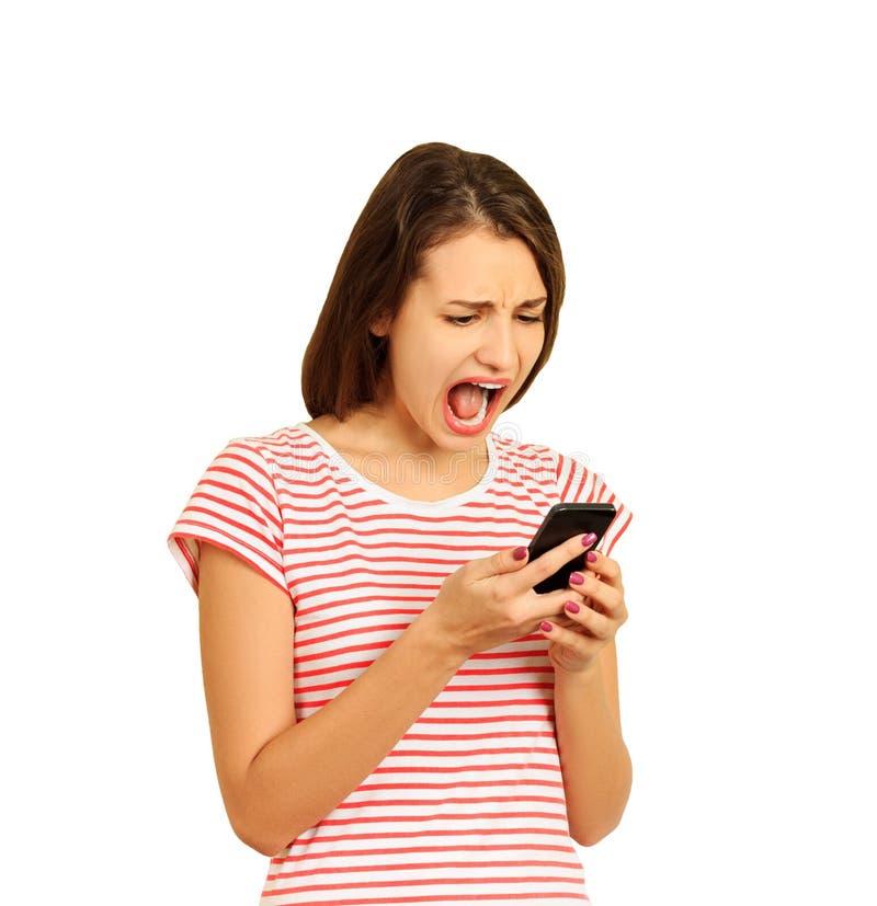 Moça irritada que grita no telefone celular menina emocional isolada no fundo branco imagem de stock royalty free