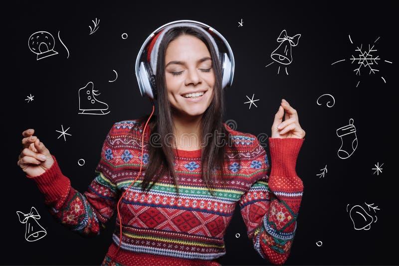 Moça meditativo que escuta a música e a dança imagem de stock royalty free