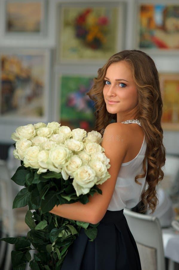 Moça moreno bonita com um ramalhete das flores brancas Mim fotos de stock royalty free