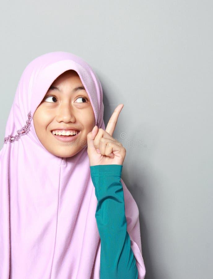 Moça muçulmana que aponta acima fotografia de stock