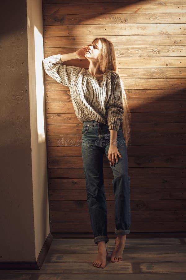 Moça na camiseta feita malha morna em casa Estilo acolhedor imagens de stock