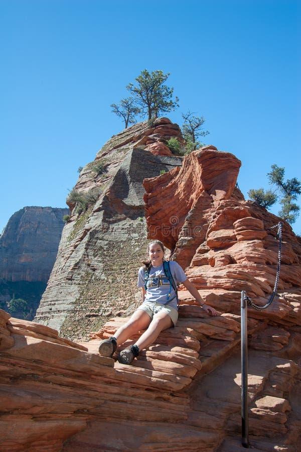 Moça na fuga da aterrissagem dos anjos em Zion National Park imagem de stock