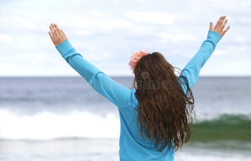 Moça na praia. fotografia de stock