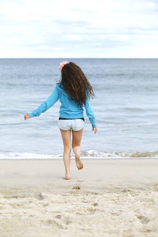 Moça na praia. imagem de stock royalty free