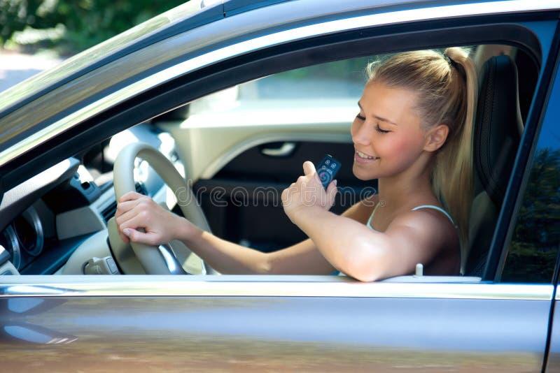 Moça no carro com chave do carro imagem de stock royalty free