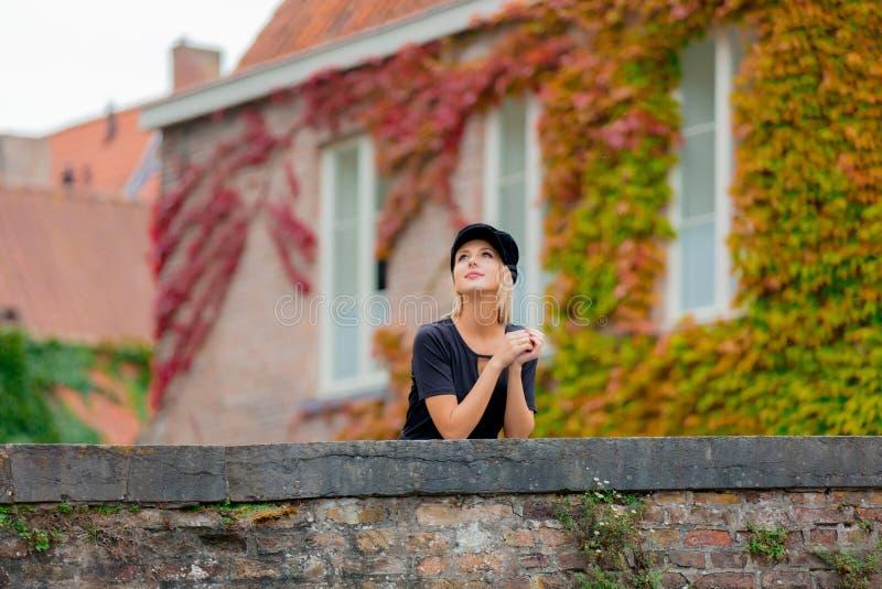 Moça no chapéu na ponte em Bruges foto de stock