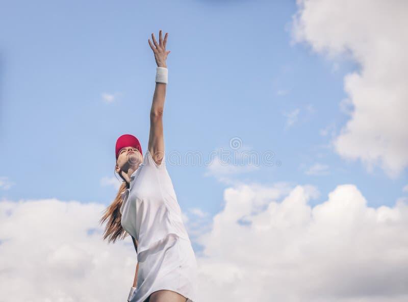 Moça no sportswear que joga o tênis fotografia de stock