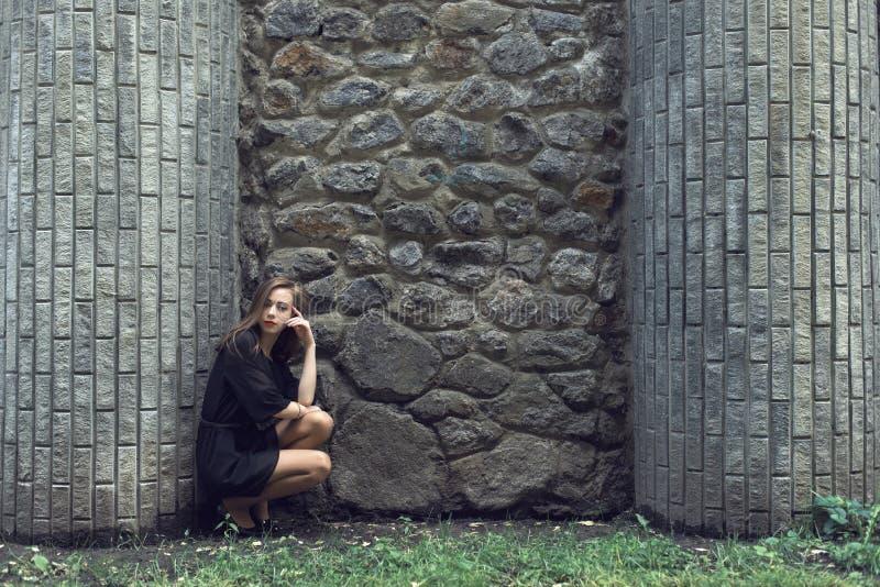 Moça no vestido do preto do vintage fotos de stock