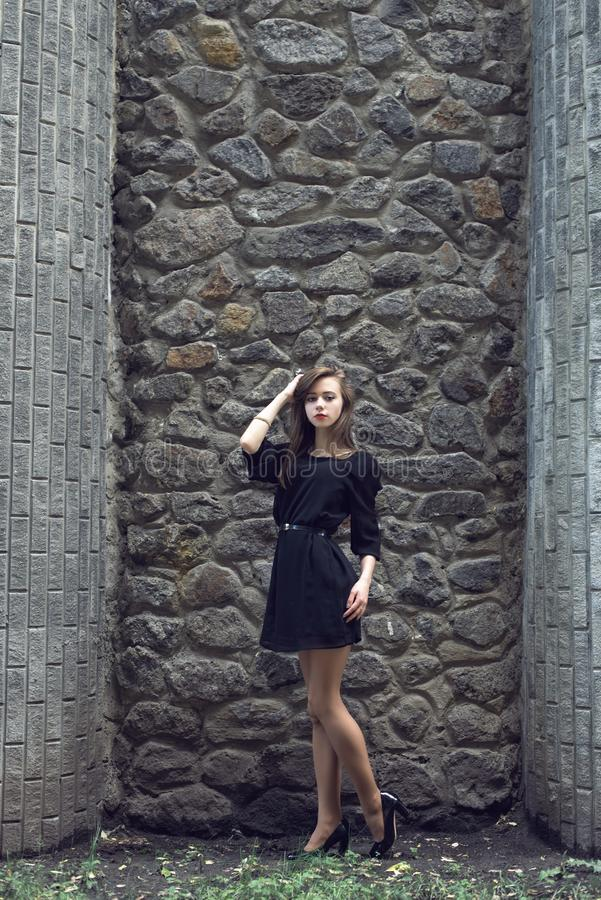 Moça no vestido do preto do vintage foto de stock royalty free