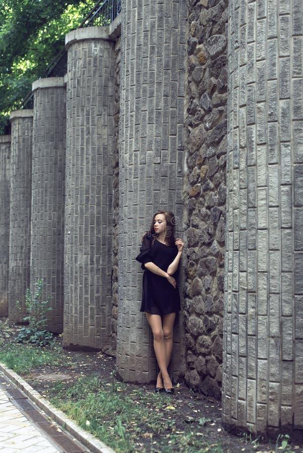 Moça no vestido do preto do vintage imagem de stock royalty free