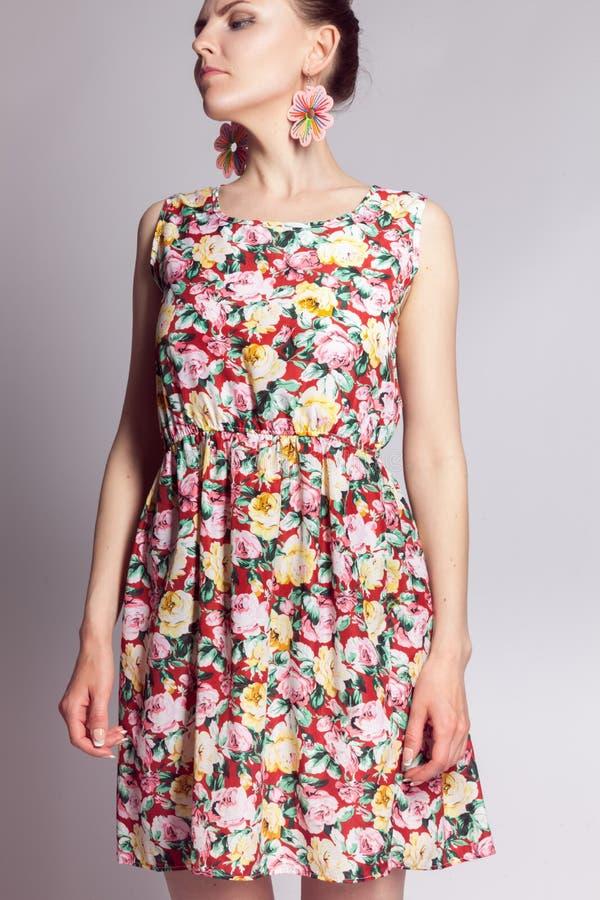 Moça no vestido do verão com teste padrão floral fotos de stock royalty free