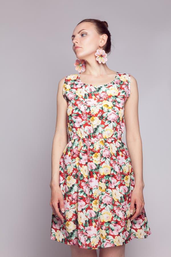 Moça no vestido do verão com teste padrão floral imagem de stock royalty free