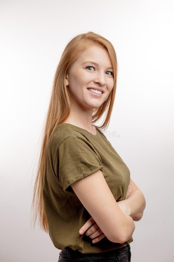 Moça otimista que veste o t-shirt verde fotos de stock