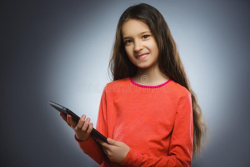 Moça ou adolescente de sorriso com o computador do PC da tabuleta imagens de stock
