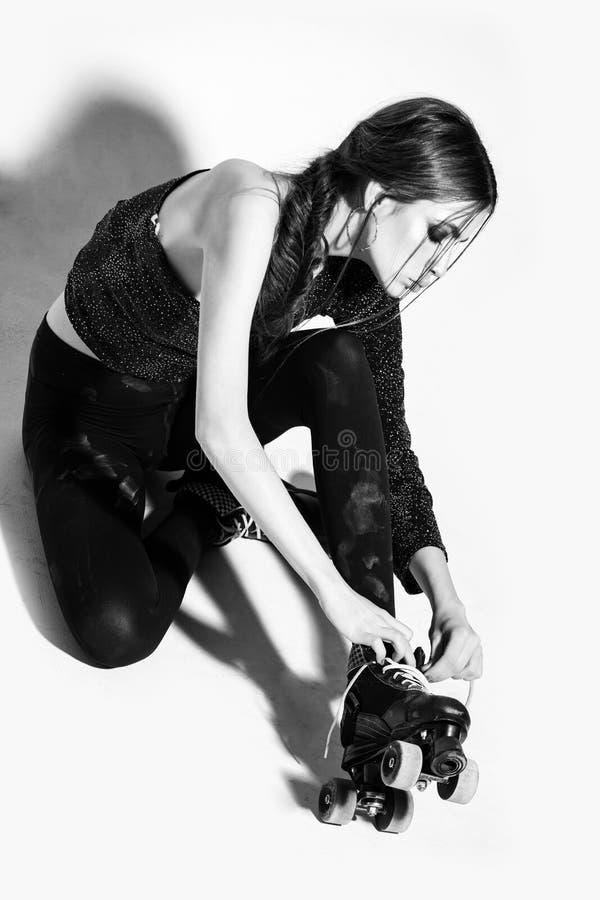 Moça ou mulher bonita no rolo do patim nos pés imagens de stock royalty free
