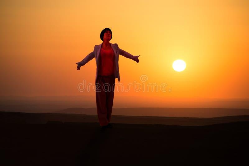 Moça para apreciar a natureza no nascer do sol fotografia de stock royalty free