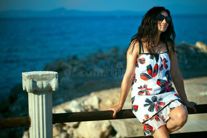 Moça perto do beira-mar fotos de stock royalty free