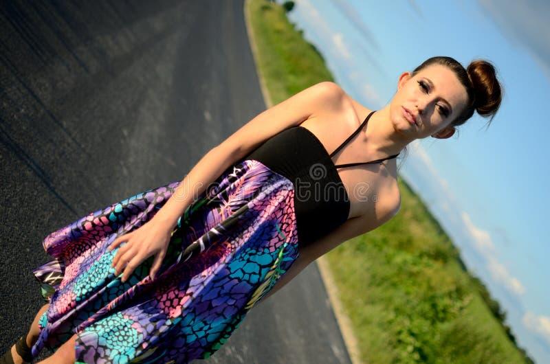 Moça que anda na estrada fotos de stock