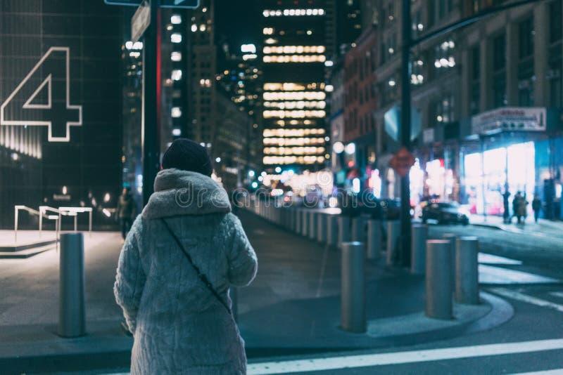 Moça que anda nas ruas de New York fotografia de stock